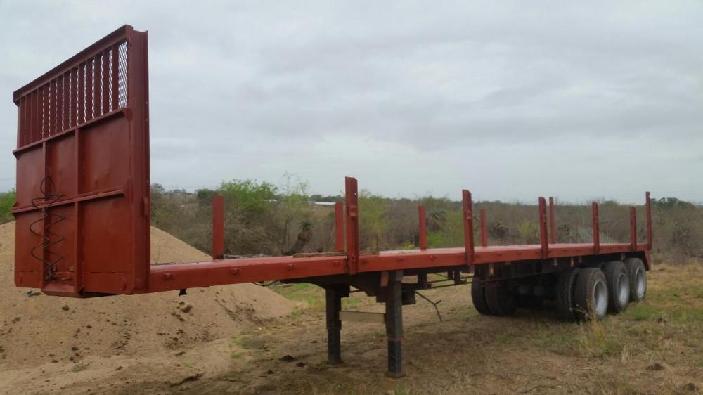 Tri-axel flatdeck trailer